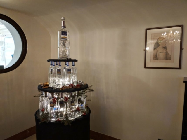 Hermitages creative Christmas Tree made out of Gin Bottles